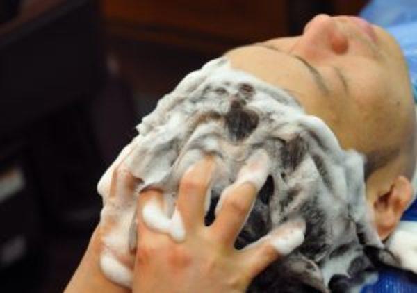 髪が油っぽい、、原因と改善策を解説!